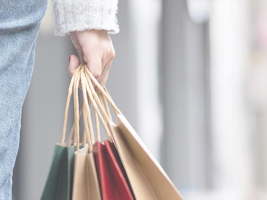 Einkaufstüten in der Hand